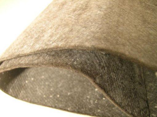 Materiale termicamente isolante con aerogel
